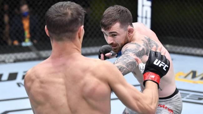 Derrick Lewis meraih kemenangan KO atas Curtis Blaydes pada UFC Vegas 19. Lewis memukul Blaydes hingga pingsan sesaat.