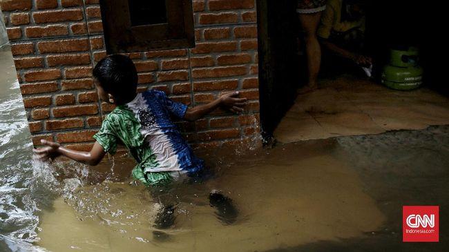 Gubernur DKI Jakarta Anies Baswedan meminta warga untuk mewaspadai jatuhnya korban banjir dari kalangan anak-anak akibat bermain di genangan.