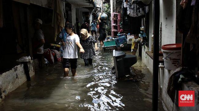 Tes swab antigen pengungsi banjir DKI Jakarta yang menunjukkan hasil positif dapat langsung dirujuk ke RS Darurat Covid-19 Wisma Atlet tanpa menunggu PCR.