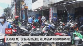 VIDEO: Bengkel Motor Laris Diserbu Pelanggan Korban Banjir