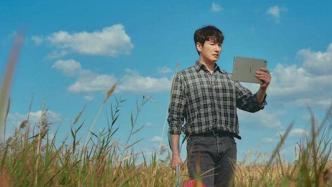 Sinopsis Sisyphus: The Myth Episode 2, Tae-sul menemukan koper berisi barang-barang misterius yang menjadi petunjuk.