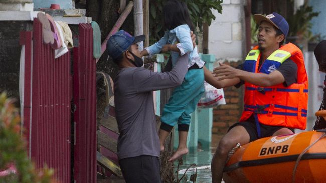 Bencana banjir yang melanda Kabupaten Karawang, Jawa Barat, sejak beberapa hari terakhir semakin meluas merendam puluhan desa di 15 kecamatan.