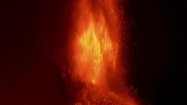 Gunung Etna di Italia kembali erupsi pada Minggu (21/2) dini hari untuk keempat kalinya dalam kurun waktu empat hari berturut-turut.