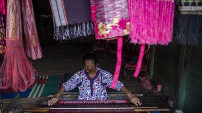 Desa Silahi Sabungan, Dairim, menjadi salah satu lokasi pusat tenun ulos di Sumatera Utara.