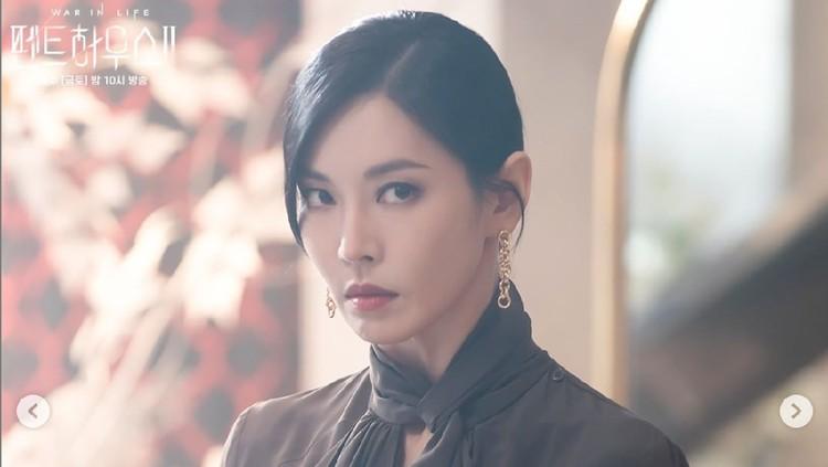 Aktor Lee Sang Woo hangat diperbincangkan setelah tampil sebagai cameo dalam drama Korea The Penthouse Season 2. Drakor ini dibintangi sang istri, Kim So Yeon, yang berperan sebagai 'ratu' dari Hera Palace. Penasaran aksi Lee Sang Woo di The Penthouse Season 2?