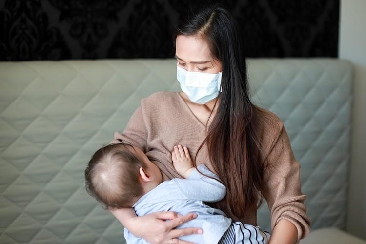 Menyusui memiliki manfaat bagi Bunda dan Si Kecil, namun saat Bunda terinfeksi COVID-19, beberapa hal berikut harus diperhatikan.