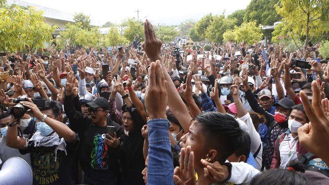 Sedikitnya enam demonstran tewas setelah pasukan keamanan Myanmar mengambil langkah tegas membubarkan demo anti kudeta militer di sejumlah kota, Minggu (28/2).