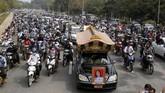 Ribuan orang di kota Nay Pyi Taw, Myanmar menghadiri prosesi pemakaman Mya Thwe Thwe Khaing yang tewas tertembak dalam aksi demo menentang kudeta militer.
