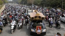 FOTO: Pemakaman Gadis Myanmar yang Tewas Tertembak saat Demo