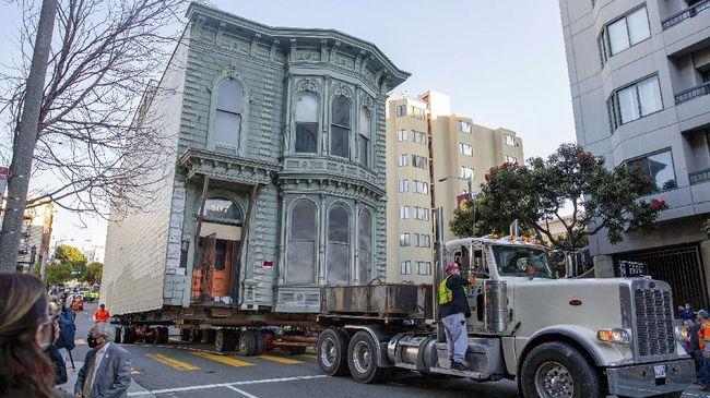 Akhir pekan kemarin warga San Francisco dihibur oleh proses pemindahan rumah kuno berusia 139 tahun. Prosesnya berlangsung enam jam.