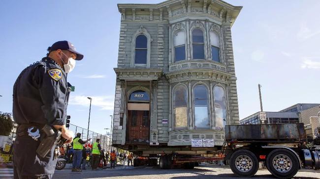 Butuh waktu enam jam untuk rumah berusia 139 tahun itu pindah ke lokasi baru.