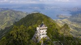 Dari Menara Pandang Tele yang setinggi 25 meter ini turis bisa menikmati pemandangan Danau Toba.