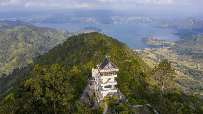 Bagi yang hendak berwisata ke Danau Toba, berikut sejumlah spot untuk menikmati pemandangan danau terbesar di Indonesia ini dari ketinggian.