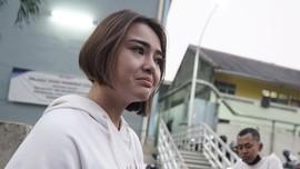 Isak Tangis Amanda Manopo Peluk Foto Ibunda di Pemakaman