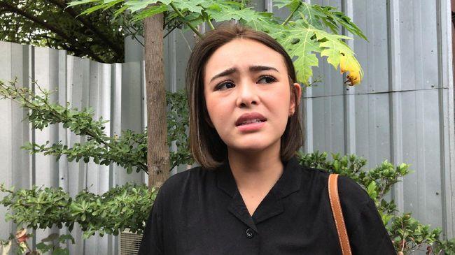 Baru-baru ini, sang ibu pesinetron Ikatan Cinta, Amanda Manopo, Henny Agustina Manopo, dikabarkan jatuh sakit dan masuk ICU.