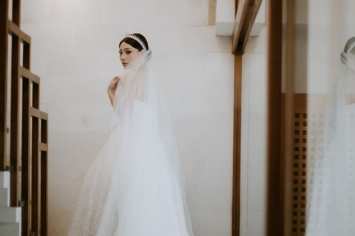 Di hari bahagianya, Wendy Walters tampil mencuri perhatian dengan mengenakan beberapa busana pengantin berbeda. Mulai dari busana adat Tionghoa hingga gaun modern, penampilan Wendy tampak begitu memukau dan classy. (Foto: instagram.com/wendywalters)
