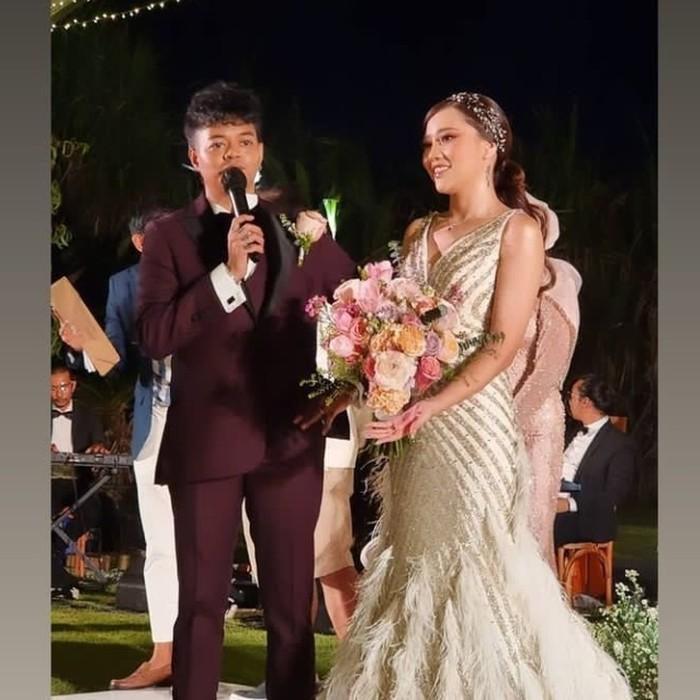 Saat malam tiba, Reza dan Wendy menggelar dinner reception yang dihadiri teman terdekat. Reza tampak mengenakan setelan jas maroon, sementara sang istri mengenakan mermaid dress bernuansa gold dengan bentuk kerah V neck. (Foto: instagram.com/wendywalters)