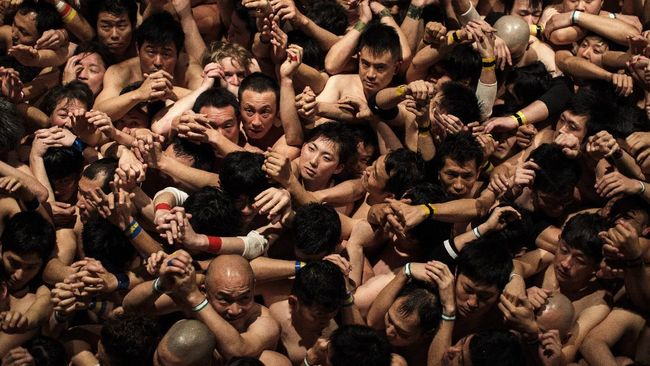 Dinamakan Festival Telanjang, namun pesertanya tak benar-benar telanjang. Mereka datang dalam rangka mengharapkan berkah dari kuil.