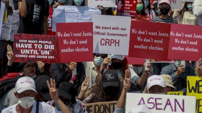 Sekelompok warga berunjuk rasa di depan Kedubes Indnesia di Myanmar untuk memprotes sikap Jakarta yang diduga mendukung pemilu ulang yang diserukan militer.