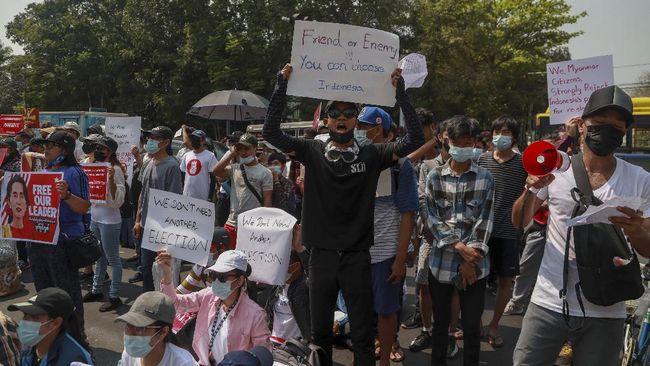 Sekelompok warga berunjuk rasa di depan gedung KBRI Yangon sebagai bentuk protes atas laporan Indonesia dukung pemilu ulang di Myanmar pasca-kudeta.