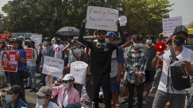 Sekelompok warga Myanmar berunjuk rasa di depan KBRI di Yangon memprotes sikap RI yang diduga mendukung pemilu ulang.