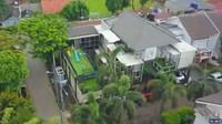 <p>Rumah berhantu selanjutnya yakni kediaman baru Ria Ricis, Bunda. Menurut Sara Wijayanto, ada sosok anak kecil berusia 11 tahun bernama Lila. Diketahui, di sana ia menjaga lantai satu. Untungnya, makhluk ini pun sosok yang tak memiliki sifat mengganggu. (Foto: YouTube/Trans TV Official)</p>