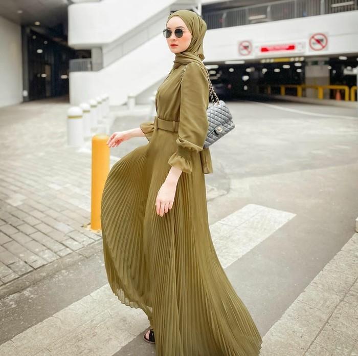 Sabrina Salsabila Sosiawan dikenal sebagai seorang model, aktris, dan selebgram dengan ratusan ribu pengikut. Dirinya terlihat sangat anggun dalam balutan olive dress yang classy dan flowy, dengan detail wide belt. (Foto: Instagram/sabrinasosiawan)