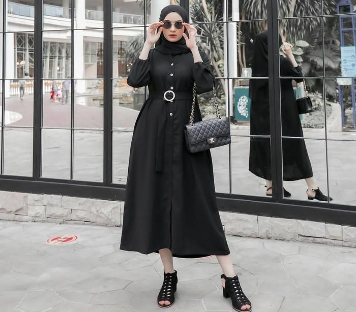 Warna hitam juga bisa jadi feminin di tangan Sabrina. Meskipun memilih tampilan full black, namun sentuhan detail belt serta pemilihan heels, hand bag, dan pashmina yang tepat mampu menghasilkan tampilan feminin. (Foto: Instagram/sabrinasosiawan)