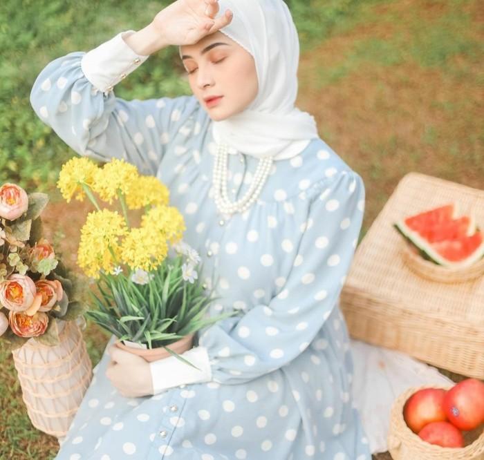 Kecantikan perempuan berusia 18 tahun ini kian terpancar dalam balutan dress vintage biru bermotif polkadot putih yang klasik. Pemilihan pashmina putih dan aksesori pearl necklace mempermanis tampilannya. (Foto: Instagram/sabrinasosiawan)