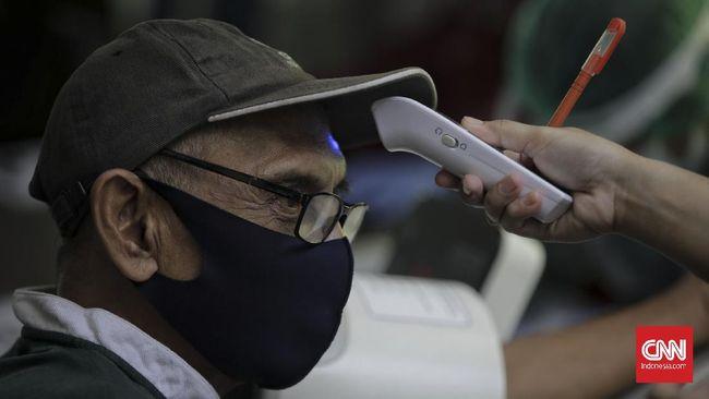 Antrean nomor untuk mendapatkan jatah vaksinasi Covid-19 bagi lansia di RSUD Pasar Minggu telah berlangsung sejak pagi hari.