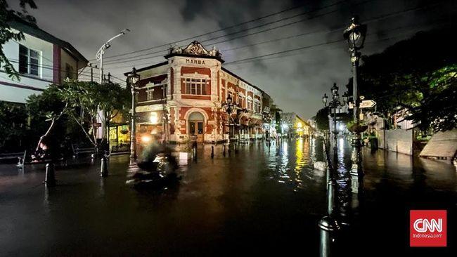 Kawasan Simpang Lima, Semarang sempat tergenang banjir dengan ketinggian 50 sentimeter (cm). Kendaraan bermotor tak bisa melintasi kawasan tersebut.