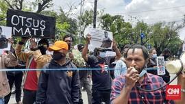 Pedemo Otsus Papua Tolak Rapid Test di Depan Kantor Tito