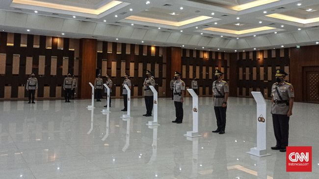 Kapolri melakukan rotasi terhadap 504 perwira Polri--pati dan pamen--dari Kapolda Aceh hingga Kapolres Yalimo, Papua, Senin (26/7).