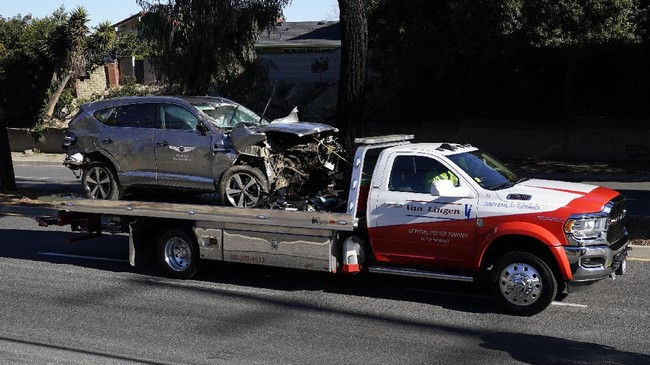 Pegolf Tiger Woods kecelakaan parah saat mengendarai mobilnya di Los Angeles Amerika Serikat dan saat ini menjalani operasi.