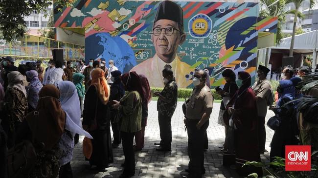 Kemendikbud menggelar peluncuran program vaksinasi Covid-19 bagi guru di Indonesia mulai 24 Februari 2021 dan ditargetkan selesai Juni nanti.