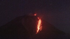 FOTO: Gunung Sinabung Semburkan Awan Panas