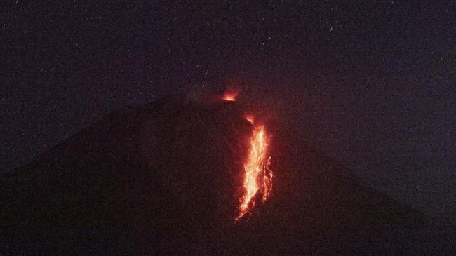 Gunung Sinabung mengeluarkan guguran awan panas dengan jarak luncur sejauh 2.000 meter, pada Kamis (25/2).