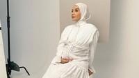 <p>Pada sebuah photoshoot di trimester kedua, Zaskia Sungkar mengenakan dress putih yang cantik. (Foto: instagram: @zaskiasungkar15)</p>