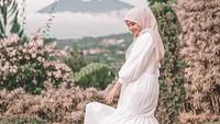 <p>Mengenakan dress putih dengan kerudung warna pink muda membuat gaya Zaskia Sungkar terlihat sangat feminim. (Foto: instagram: @zaskiasungkar15)</p>