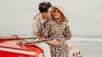 <p>Saat melakukan pemotretan bersama sang suami, Irwansyah, di sebuah pantai, Zaskia tampak nyaman dengan dress motif polka berwarna coklat. (Foto: instagram: @zaskiasungkar15)</p>