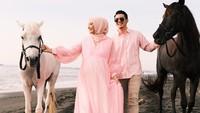 <p>Tak hanya itu, Zaskia Sungkar juga mengenakan baju berwarna merah muda yang membuatnya tampak anggun. Irwansyah juga mengenakan baju warna senada, Bunda. Serasi! (Foto: instagram: @zaskiasungkar15)</p>
