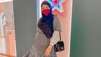 <p>Zaskia Sungkar nampak stylish dengan dress kotak-kotak nih, Bunda. Meski casual, namun tetap anggun ya. (Foto: instagram: @zaskiasungkar15)</p>