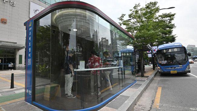 Sejumlah halte dengan termometer dan disinfektan otomatis dibangun di Korea Selatan. Musik terapi juga ikut menemani penumpang menunggu bus.