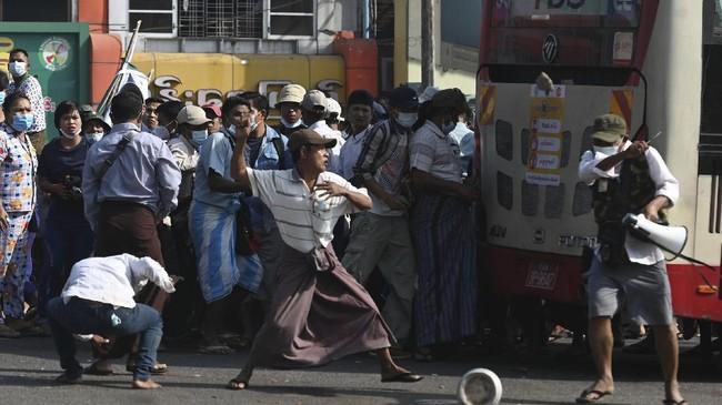 Demonstran yang menentang kudeta terlibat bentrok dengan pendukung junta militer Myanmar di Kota Yangon, pada Kamis (25/2).