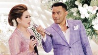 <p>Bersama Judika, salah satu pengisi acara di pernikahan anak Nia Daniaty. Kita doakan pernikahan Olivia dan suami langgeng ya, Bunda. (Foto: Instagram @niadaniatynew)</p>