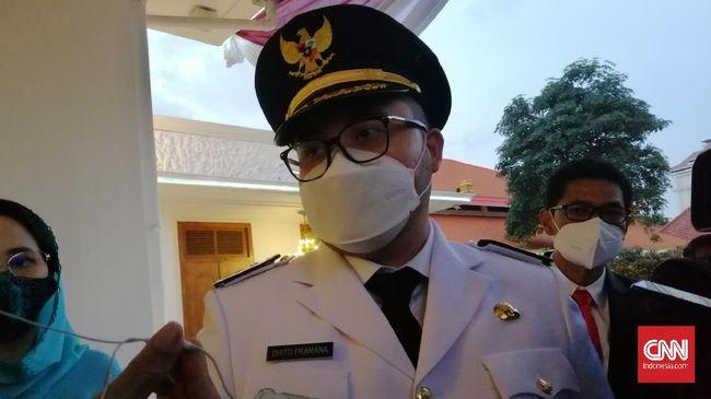 Seskab Pramono Anung terlihat hadir di Gedung Negara Grahadi Surabaya menyaksikan putranya, Hanindito, dilantik jadi Bupati Kediri oleh Gubernur Jatim.