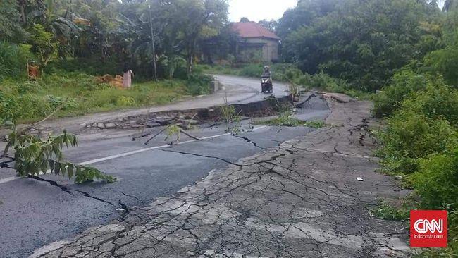 Jalan di Kabupaten Pamekasan, Jawa Timur, amblas sepanjang 20 meter dengan lebar hingga 60 cm akibat curah hujan tinggi.