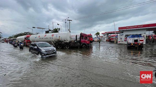 Semarang masih dilanda banjir di sejumlah ruas jalan, salah satunya Jalan raya Kaligawe-Genuk, yang tergenang air dengan ketinggian 80 Cm.