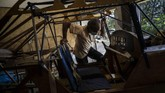 Pensiunan insinyur mesin asal Kuba, Adolfo Rivera berhasil membuat pesawat kayu selama 8 tahun dengan biaya sekitar Rp94 jutaan.