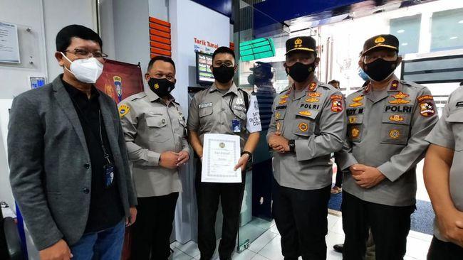 Atas dedikasi dalam menjaga protokol kesehatan di lingkungan kerja BRI, petugas keamanan Hasrudin diganjar penghargaan oleh Polri.